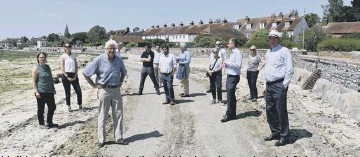 ?? CREDIT: KEITH SINCLAIR ?? John Nelson (front centre) and Jonson Cox (front right) host key environmental agencies in Bosham