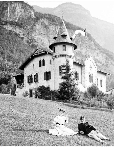 ??  ?? Die Atmosphäre, die der Massentourismus nicht bieten kann: Junges Paar in der Sommerfrische des Jahres 1905 vor einer Villa in Hallstatt