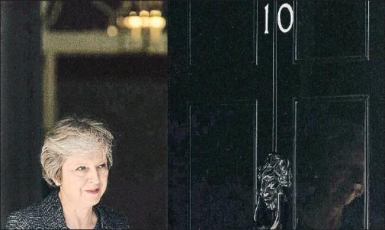 ?? DANIEL LEAL-OLIVAS / AFP ?? Theresa May, ayer saliendo a la puerta de su residencia oficial en el 10 de Downing Street para recibir a una comitiva de Qatar