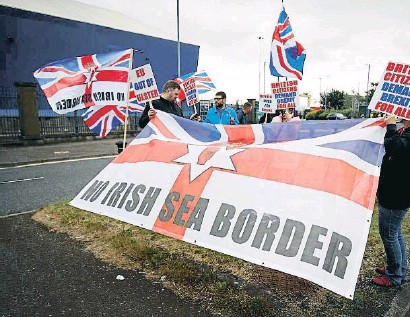 ??  ?? Manifestantes unionistas protestan en Belfast contra el protocolo norirlandés del Brexit