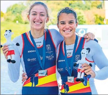 ??  ?? Virginia Díaz y Aina Cid posan con la plata conseguida en el Europeo de 2020.