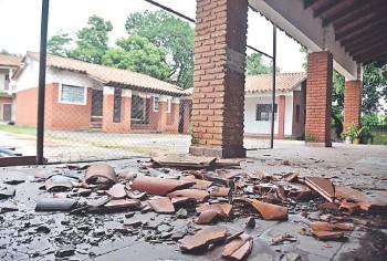 ??  ?? La inestabilidad climática hizo que cayera parte del techo de un pabellón en la escuela República de Cuba.