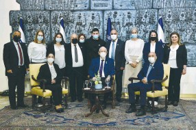 ?? (Haim Zach/GPO) ?? PRESIDENT REUVEN RIVLIN with bereaved families.