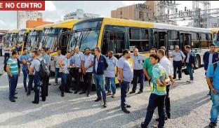 ??  ?? Motoristas cruzam os braços, na manhã de ontem, em garagem de empresa de ônibus no Brás; prefeitura não divulgou o número de passageiros prejudicados