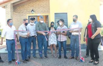 ??  ?? El presidente Mario Abdo Benítez (centro) participó del acto de entrega de casas construidas por AD Paraguay en Tacuatí. Demuestra un respaldo pleno al ministro Dany Durand, pese a críticas.