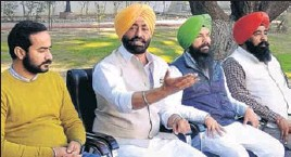 ?? HT PHOTO ?? Sukh­pal Singh Khaira (2L), leader of the op­po­si­tion in the Punjab Vid­han Sabha, with fel­low AAP MLAs (from left) Meet Hayer, Pir­mal Singh Khalsa and Baldev Singh, ad­dress­ing re­porters at his res­i­dence in Chandi­garh on Tues­day.