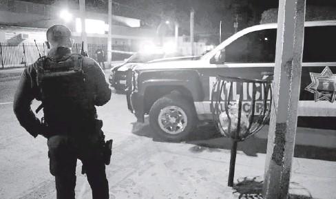 ?? FOTO: EL DEBATE ?? > Agentes de la Policía Municipal fueron los primeros en llegar al sitio donde se cometió el homicidio.