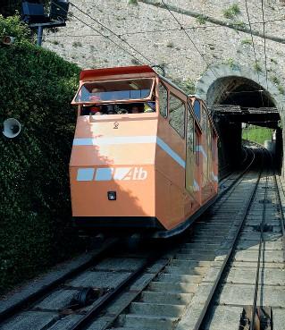 ??  ?? In attività La funicolare di Bergamo Alta. All'interno, alcuni passeggeri. È un esempio di soluzione attiva.