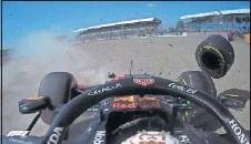 ??  ?? Cámara 'on board' de Verstappen durante el accidente.