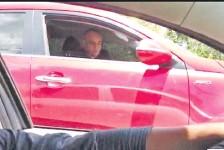 ??  ?? El diputado cartista siguió a los periodistas a bordo de su camioneta.