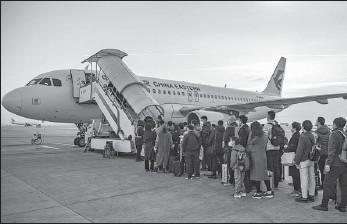 ?? YUAN JINGZHI / FOR CHINA DAILY ?? Passengers board a plane at Xianyang International Airport in Xi'an, Shaanxi province, on Feb 6.