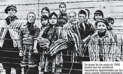 ??  ?? Un grupo de los cerca de 7000 presos que los soviéticos encontraron abandonados por los nazis cuando liberaron Auschwitz.
