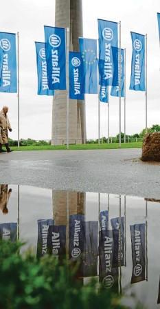 ?? Foto: Andreas Gebert, dpa ?? Die Allianz Leben hat die 100‰prozentige Beitragsgarantie bei der Lebensversiche‰ rung gekippt.