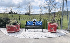 ??  ?? A grand place for memories The lasting tribute to Pipe Major Iain MacDonald