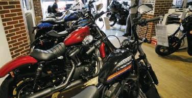 ??  ?? ↑ Harley-davidson motorcycle models seen at a shop in Paris, France.