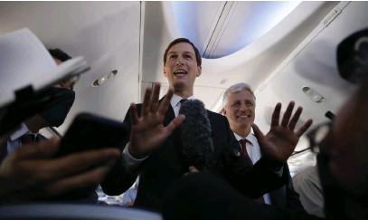 ?? FOTO: NIR ELIAS/TT-AP ?? Jared Kushner, rådgivare och tillika svärson till USA:s president Donald Trump, och Robert O'Brien, USA:s nationelle säkerhetsrådgivare, ombord på El Al-planet under flygningen till Förenade arabemiraten.