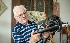 ?? Foto: Susanne Keller ?? Hut des Oberländer Schützenbatallion 36: Ruedi Wüthrich hat viele Andenken, die er mit seinem Hobby verbindet.