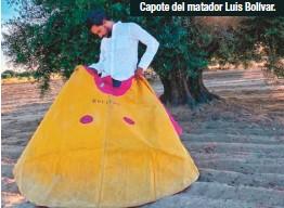 ??  ?? Capote del matador Luis Bolívar.