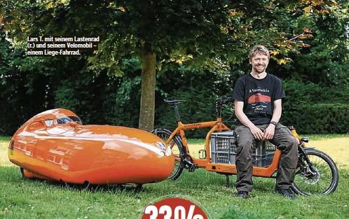 ??  ?? Lars T. mit seinem Lastenrad (r.) und seinem Velomobil – einem Liege-Fahrrad.