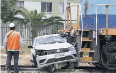 ??  ?? Pese a recibir el impacto de lleno, el conductor del auto resultó solo con lesiones.