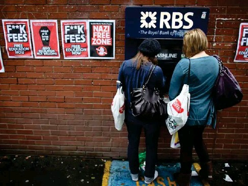 ?? (Getty) ?? Students arriving for Manchester University's freshers week queue at a cash machine