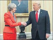 ?? BRENDAN SMIALOWSKI / AFP ?? En el despacho oval Donald Trump, con Shinzo Abe, al que tuvo cogido de la mano durante 19 segundos, mientras los fotógrafos sacaban imágenes; cuando le soltó, la cara del primer ministro japonés reveló sorpresa. A la derecha, con la premier...