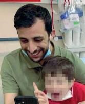 ??  ?? Insieme Il piccolo Eitan con lo zio materno Guy Peleg