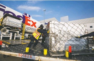 ?? COLE BURSTON/ASSOCIATED PRESS ?? Workers unload a shipment of Moderna's coronaviru­s vaccine at a Fedex hub in Toronto on April 28.