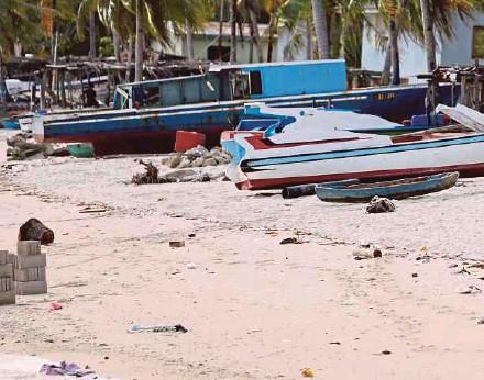 ?? FILE PIC ?? Rubbish lying on the beach in Pulau Mantanani, Sabah.