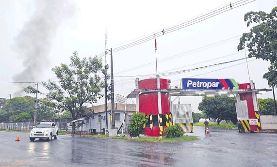 ??  ?? Petropar recomendó la evacuación de los vecinos de la zona primeramente en un radio de 500 metros, pero en horas de la tarde se disminuyó a 300 metros.