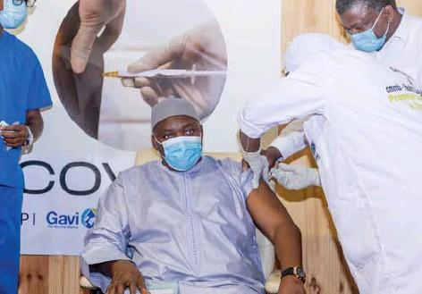 ?? Alhagie Manka/belga ?? 'Het zou onethisch zijn in pakweg Gambia (op de foto president Adama Barrow) nog wetenschappelijke proeven te doen met placebovaccins.'