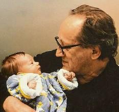 ??  ?? Auf Papas Arm: Anna und ihr Vater Heiner Müller. Als er starb, war sie erst drei Jahre alt. Foto: Brigitte Maria Mayer