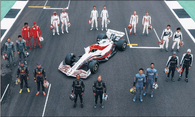 ??  ?? Todos los pilotos de la parrilla de 2021 posan en la recta de meta de Silverstone acompañando al prototipo del monoplaza de 2022.