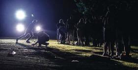 ??  ?? Ab 23 Uhr leuchteten die Ordnungskräfte mit den Scheinwerfern ihrer Fahrzeuge auf die große Wiese - ein Zeichen an die Besucher, den Park allmählich zu verlassen.