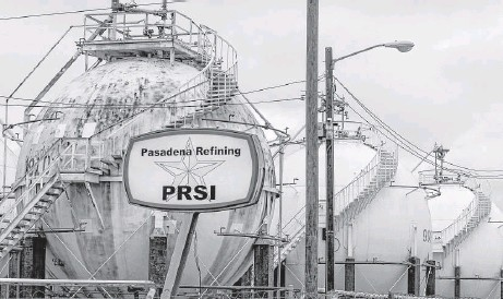 ?? Michael Ciaglo / Houston Chronicle ?? Brazilian state-run oil company Petrobras paid more than $1 billion to buy the Pasadena refinery, much more than the $42.5 million paid by Astra Transcor in 2005. The purchase of the refinery is now part of a Brazilian investigation into an alleged...
