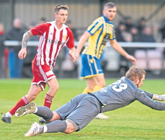 ?? Photographs by Paul Glendell ?? MAXIMUM EFFORT: Inverurie keeper Andrew Reid makes a save after one of Formartine's drives forward.