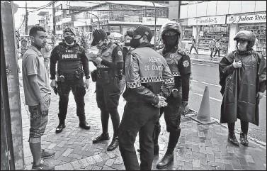?? BOLIVAR VELASCO / EL COMERCIO ?? Policías y agentes municipales de Santo Domingo realizaron operativos para que se use la mascarilla, por ejemplo.