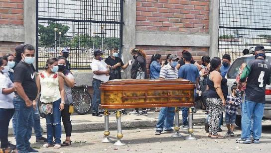 ??  ?? kDe unos cinco sepultados por día, en los últimos días, pasó a 11 entierros en el cementerio Ángel María Canals, del suburbio de Guayaquil. Se atribuye a la pandemia.