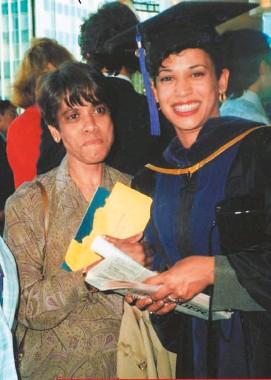 ??  ?? En 1989, durante su grado de abogada en la University of California con su madre, quien moriría veinte años después.