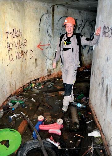 ??  ?? Андрій Риштун стоїть під землею в центрі Львова. Тут беруть початок потічки, які потім впадають у великі ріки. Однією з найбільших екологічних проблем дослідники вважають їх забруднення