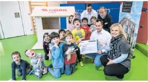 """?? Foto: ?? Die Firma Möck hat 800 Euro gespendet – Redakteurin Susann Schönfelder (r.) sagt im Kinderhaus Seefrid """"Danke"""". Carlucci"""