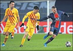 ??  ?? Busquets, Pedri y Verratti pugnan por un balón en el PSG-Barça.