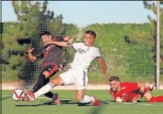 ??  ?? Lucas Vázquez pelea un balón con el rayista Fran García.