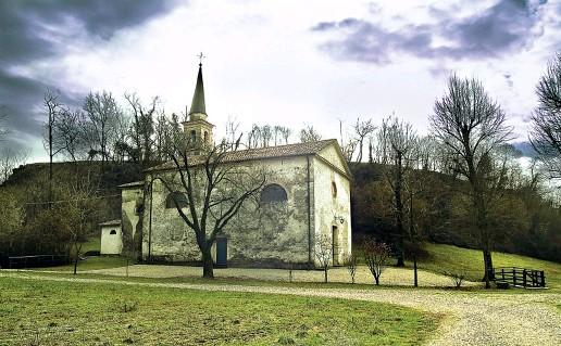 ??  ?? Medievale Nell'immagine la chiesetta del 1200 dedicata a Sant'Anna che sorge a Susegana, nel Trevigiano, nella foto sotto don Stefano