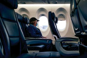?? BORDERAS/GETTY IMAGES ?? Consumer Reports urged Transportation Department officials to strengthen and expand rules on passenger flight refunds.