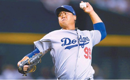 ?? USA TODAY Sports-Yonhap ?? Los Angeles Dodgers pitcher Ryu Hyun-jin throws in the first inning against the Arizona Diamondbacks at Chase Field.