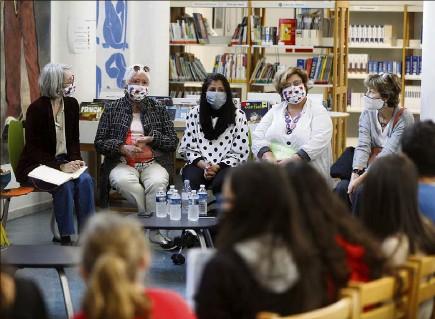 ?? (Photo Dylan Meiffret) ?? Intense émotion hier, lors de l'interview, par les collégiens d'Alphonse-Daudet, de Carolina Mondino (e à gauche) et Zakia Bonnet (au centre), victimes d'attentats terroristes.