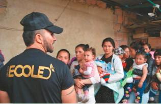 ??  ?? Año tras año, Ecoled visita barrios en situación de vulnerabilidad. Allí comparten regalos, comida y, claro, sonrisas.