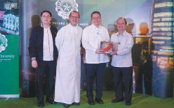 ??  ?? Fr. Jett Villarin, S.J. (second from right), president of the Ateneo de Manila University (ADMU), receives the first copy of SiyaNga!ReflectionswithArt from Br. Raymundo Suplido, FSC (right), president of De La Salle University (DLSU) during the book's launch at the DLSU's Henry Sy Sr. Hall on January 28. With them are Dr. David Jonathan Bayot (far left), executive publisher of the DLSU Publishing House, and DLSU Chancellor Br. Bernie Oca, FSC.