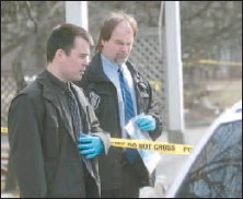 ?? BRUNO SCHLUMBERGER, THE OTTAWA CITIZEN ?? Police investigators comb the scene at Marlin Private on Thursday, following a shootout at an Ottawa Community Housing complex. One witness claimed to hear 15 shots fired late Wednesday night.